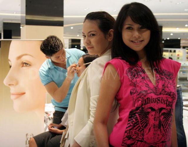 "mbak A : baju putih, mbak B baju pink. *hanya ilustrasi*. image from <a href=""http://www.demotix.com/news/910878/socialite-groups-have-sprung-indonesia-surabaya#media-910849"">demotix</a>"